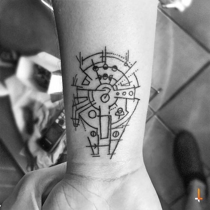 star wars tattoo ideas - eine tätowierung am handgelenk mit einem star wars raumschiff millenium falcon