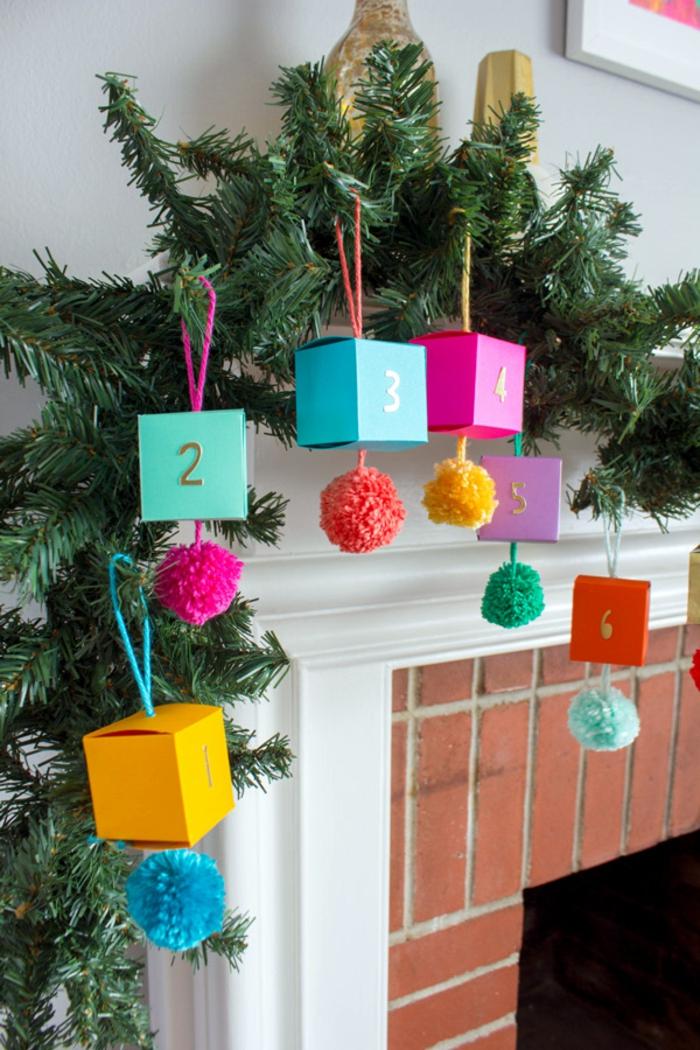 Tannengirlande mit kleinen Schachteln verziert, voll mit Spielzeugen und Süßigkeiten, Kamin weihnachtlich dekorieren