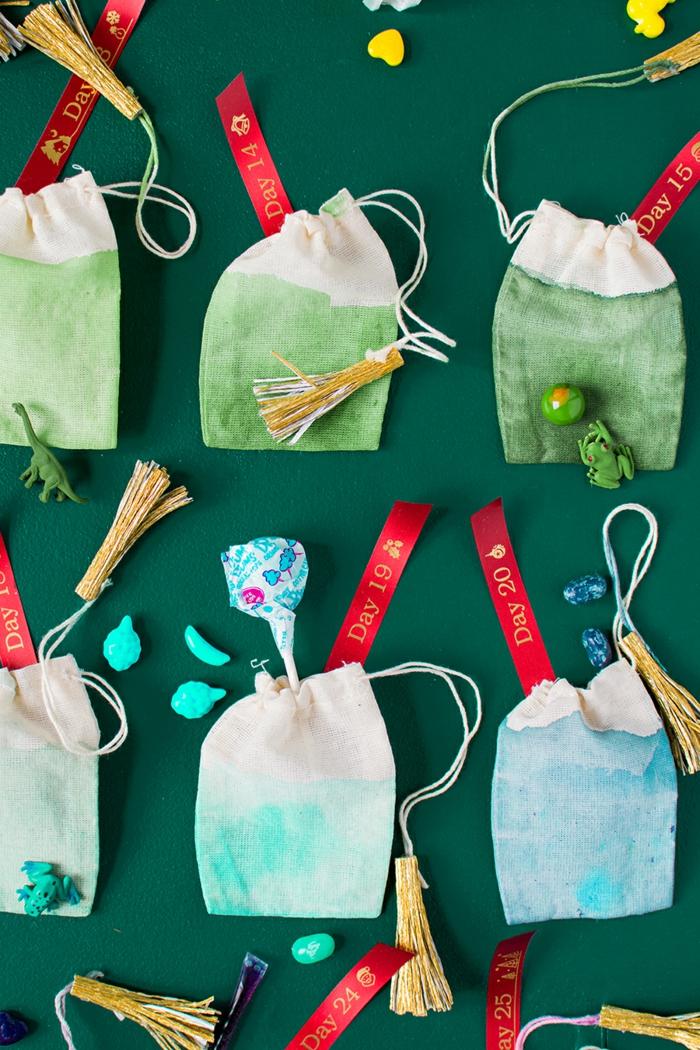 Säckchen voll mit kleinen Spielzeugen Lutschern und Bonbons, tolle Idee für selbstgemachten Adventskalender