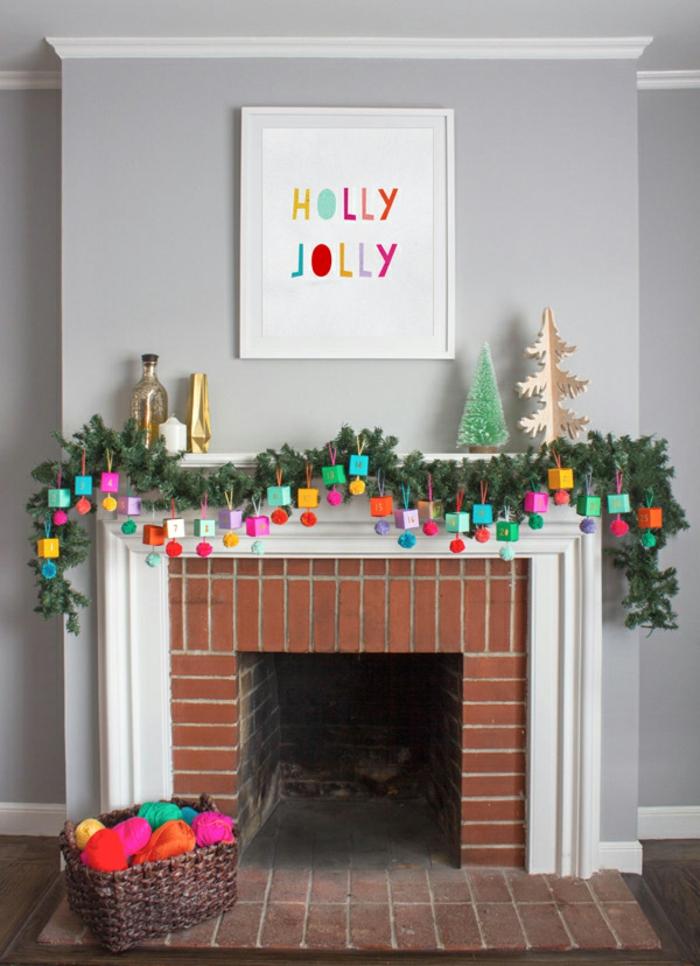 Adventskalender aus kleinen Schachteln und Tannenzweigen, schöne Überraschung und Weihnachtsdeko zugleich