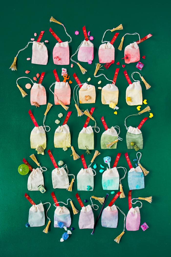 Kreative Idee für selbstgemachten Adventskalender, kleine Säckchen bunt bemalen und mit Geschenken füllen
