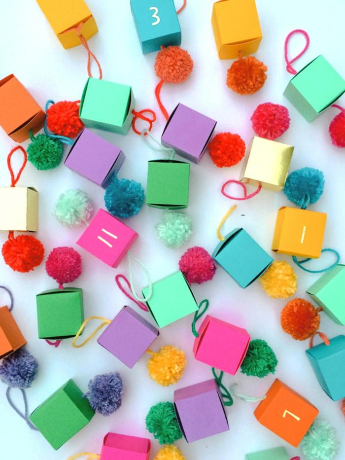 Kleine Schachteln verzieren und beschriften, mit kleinen Spielzeugen oder Süßigkeiten befüllen