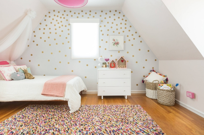 jugendzimmer set bunte teppichgestaltung traumteppich fröhliche laune im kinderzimmer golden gepunktete wand ideen mädchenhaft