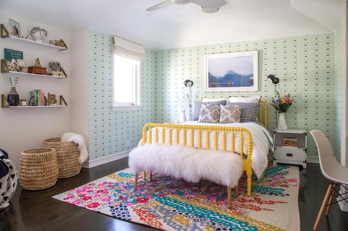 teenager zimmer einrichtungsideen dunkelbrauner boden mit buntem teppich flauschige deko auf dem sitzsofa doppelbett mintgrüne wand regale für deko