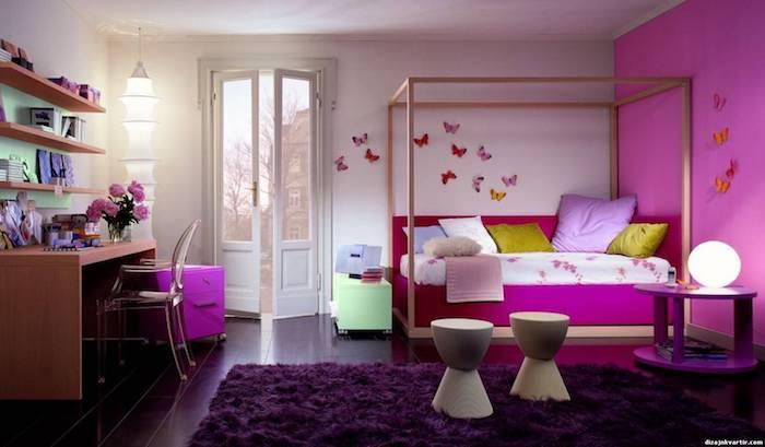 teenager zimmer lila wand und weiße wand mit pinken schmetterlingen aus papier regale für deko frische rosa blumen auf dem schreibtisch