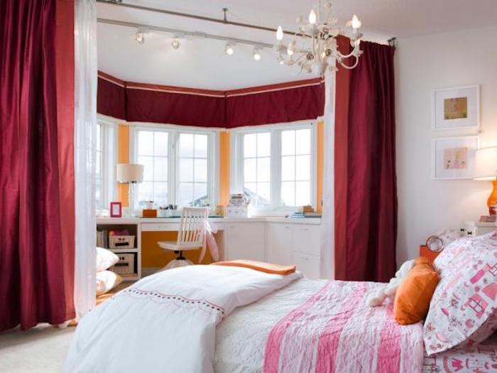 teenager zimmer einrichten und schön dekorieren eine besondere zimmerarchitektur zwei teile im zimmer erholungsecke mit großem bett und schreibtisch ecke getrennt von dicken roten vorhängen