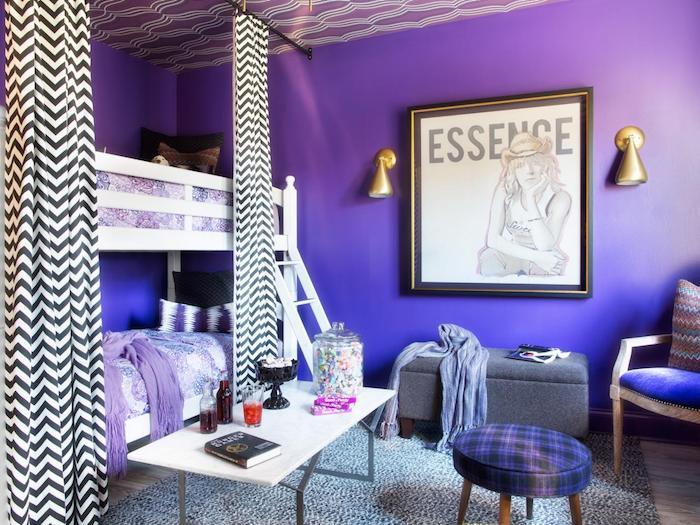 zimmer ideen dunkel lila verfließend in blau gestaltungsidee grelle farben weiße dekorationen auf der krassen wand zwei betten übereinander vorhänge schlafecke