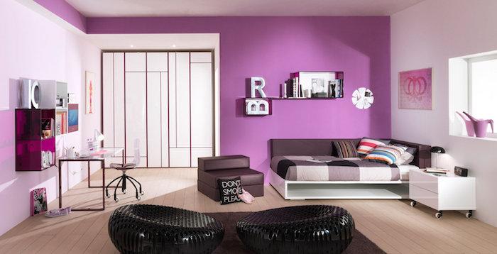 zimmer ideen lila violett schwarze sessel bett oder sofa zwei anwendungsbereiche großer kleiderschrank