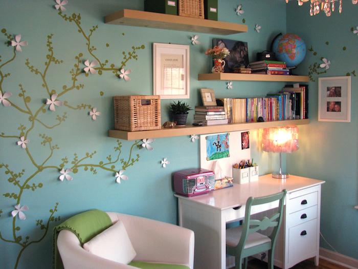 jugendzimmer blau rosa weiß gestaltung regal mit vielen büchern und eine weltkarte globus schreibtisch sessel stuhl idee