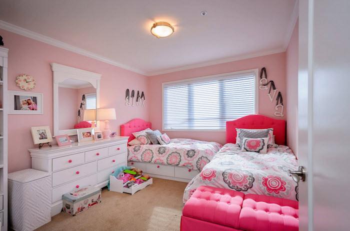 zimmer dekorieren ideen zwei betten mit den selber bettdecken harminische zimmergestaltung alles weiß rosa und grau großer spiegel schrank