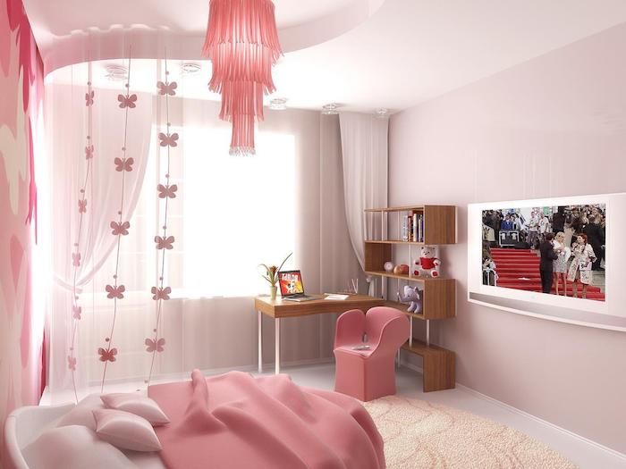jugendzimmer komplett in rosa einrichten bett schreibtisch mit stuhl fernseher an der wand fernsehwand rosa deko schmetterlinge an den vorhängen