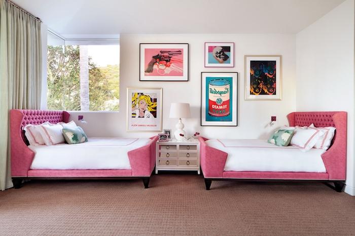 jugendzimmer komplett einrichten mäbel sofa und bett im selber dessin pinker samt und weiße wäsche wwandbilder kreative künstler ideen