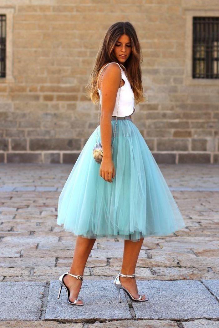 boho chic himmelblauer rock bild auf der straße model ombre blond frisur blau weiß und silbern mix outfit idee