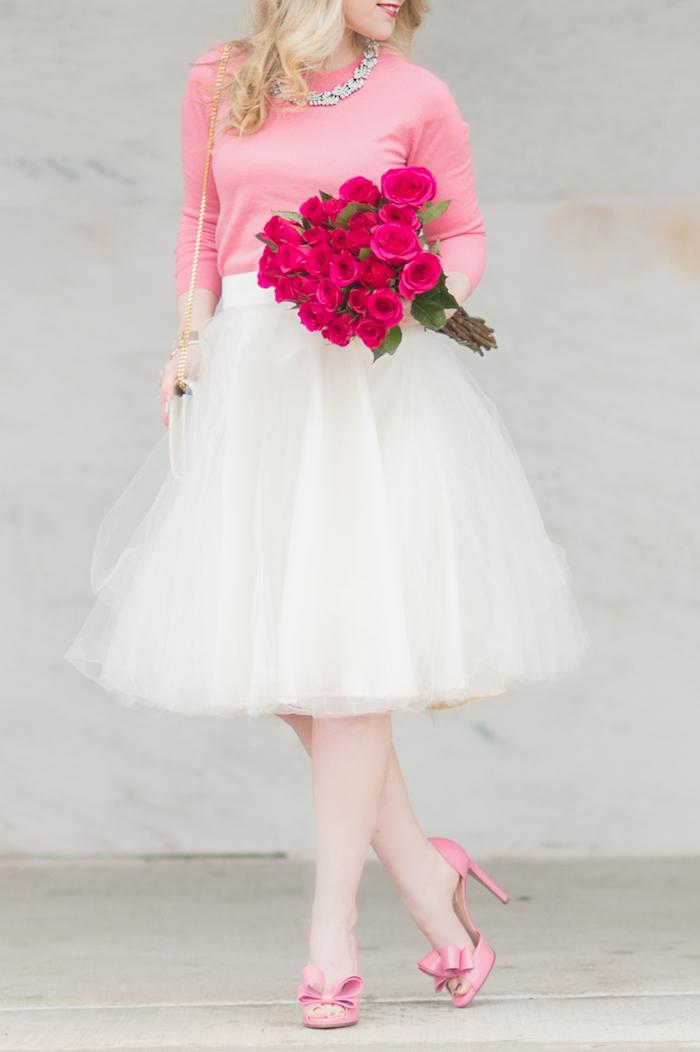 boho chic feiner stil romantisches outfit in weiß und rosa weiße tutu rosa schuhe und bluse blumenstrauß aus rosen kette
