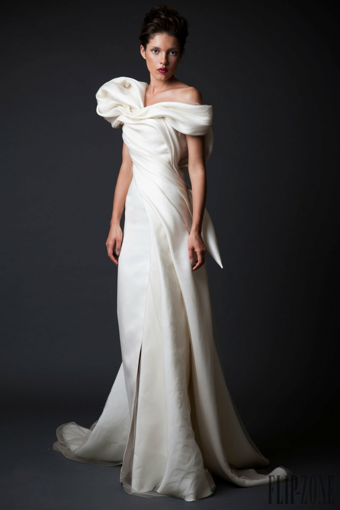 Weißes Abendkleid mit Schleppe, schulterfreies Kleid für besondere Anlässe, leichtes Augen Make-up und greller Lippenstift