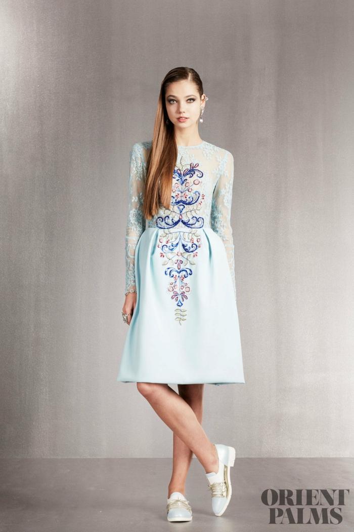 Hellblaues knielanges Cocktailkleid mit Spitzenärmeln, bequemes und elegantes Outfit für besondere Anlässe