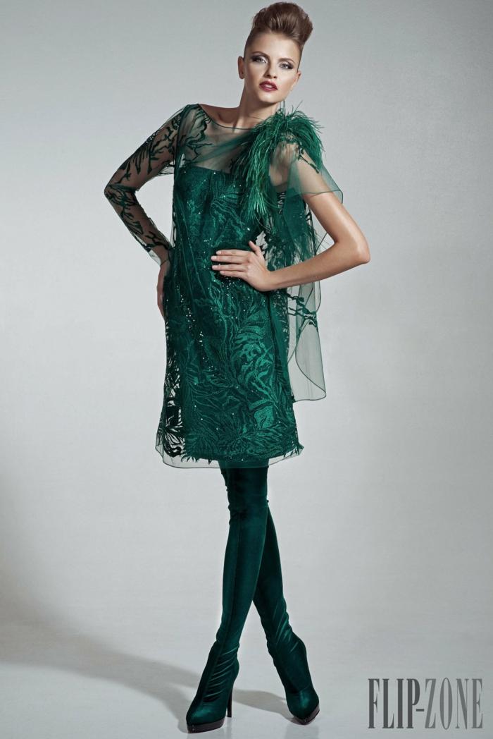 Dunkelgrünes Cocktailkleid mit Perlen und Federn verziert, knielanges Spitzenkleid, Idee für Silvester Outfit