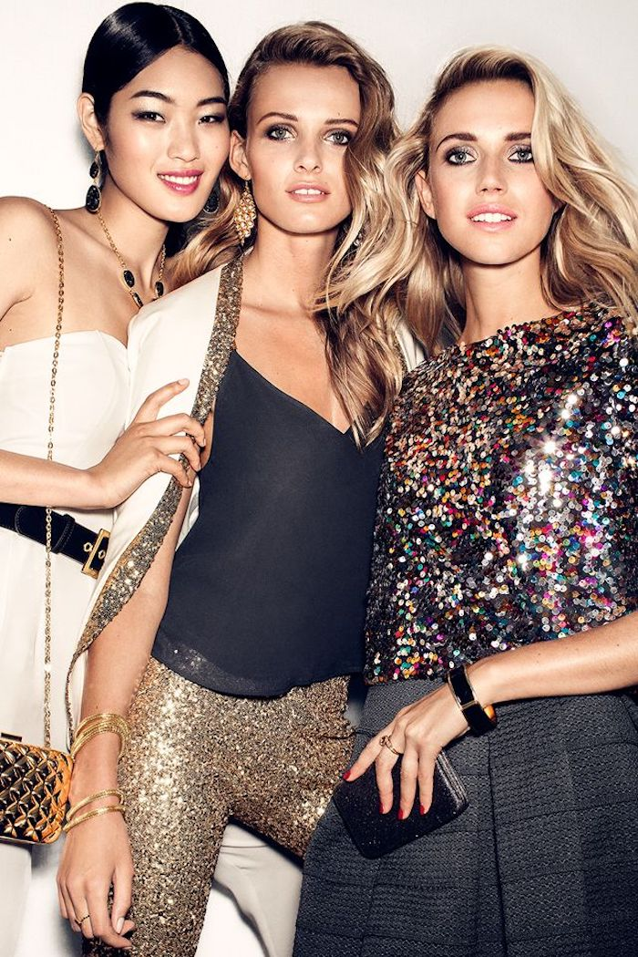 silvester outfits zum nachmachen drei freundinnen gehen zusammen feiern und machen fotos glitzernde goldene hose weißes jumpsuit
