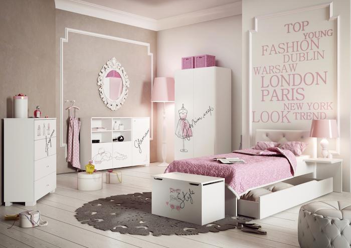 jugendzimmer weiß und rosa einrichtungsideen in hellen farben grauer teppich rund hocker wandspiegel aufschriften wanddeko