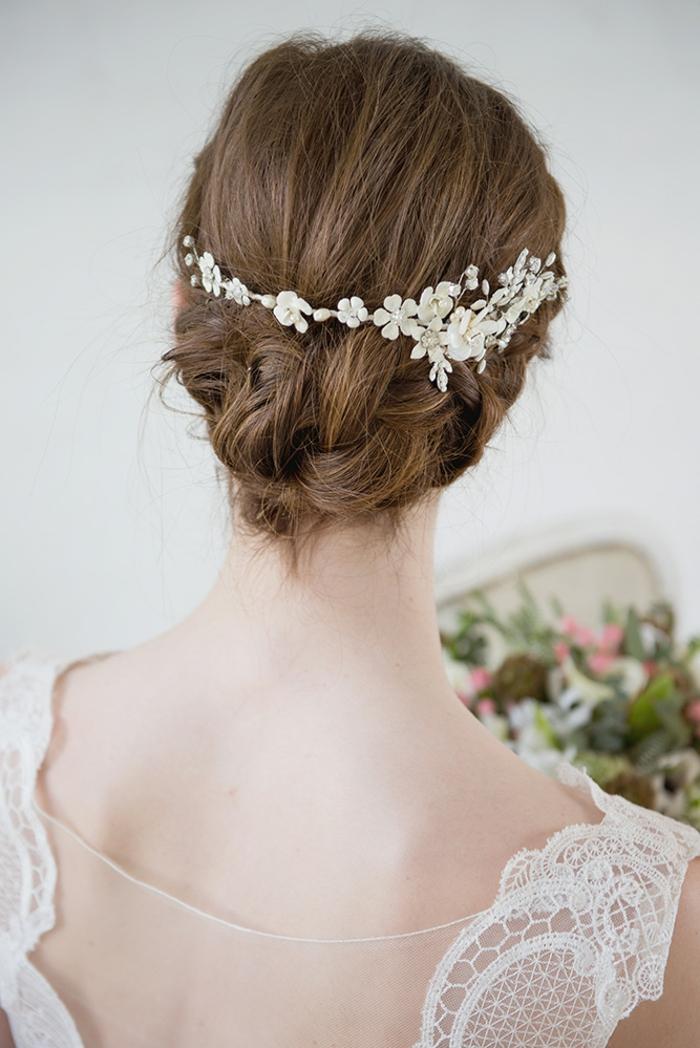 Schicke Brautfrisur zum Nachstylen, weißer Haarschmuck mit kleinen Blumen, Flechtfrisur für mittellange Haare