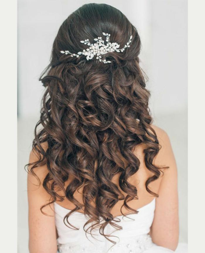 Brautfrisur zum Nachstylen, silberner Haarschmuck mit kleinen Perlen, wellige schwarze Haare