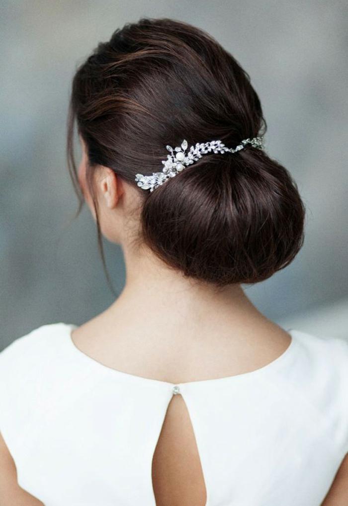 Schicke Dutt Frisur mit silbernem Haarschmuck, Frisur für langes Haar zum Nachstylen