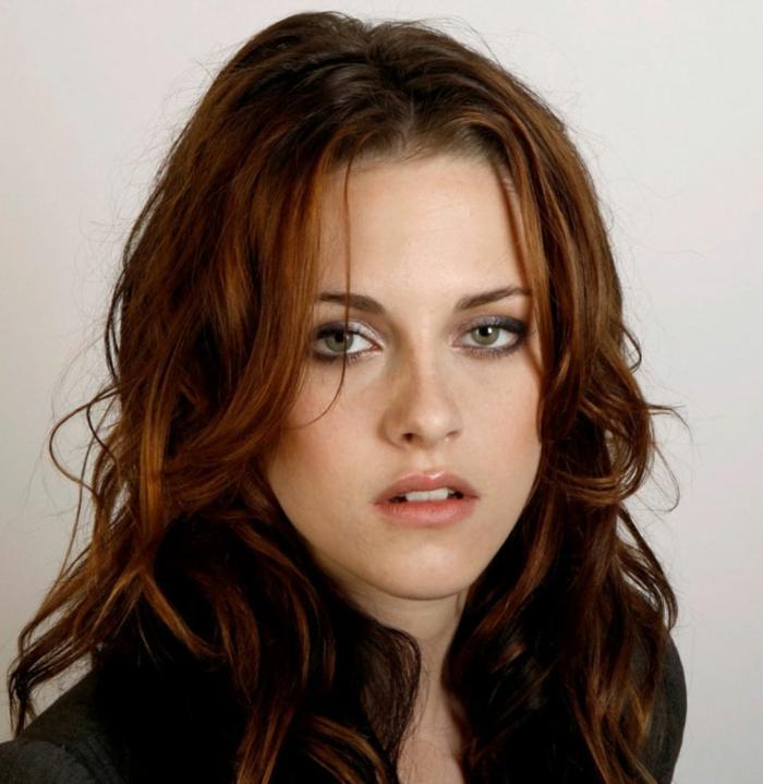 Kristen Stewart mit messy Look - braune Haare mit Honignuancen, frei fallende Strähnen, Kristen Stewart mit ungekämmten Haaren, silberner Schminke und schwarzen Lidschatten, aufgetragen auf den Unterlidern
