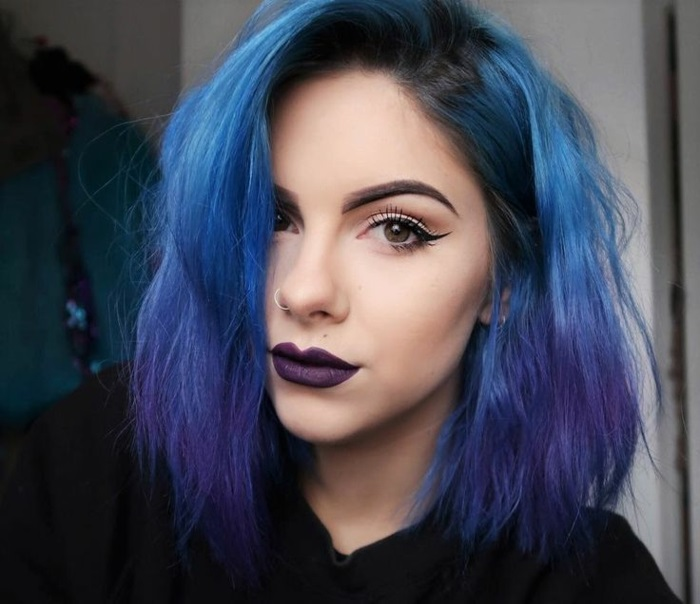 blaue haare, frau mit kurzen blauen haaren mit lila spitzen und schwarzem ansatz
