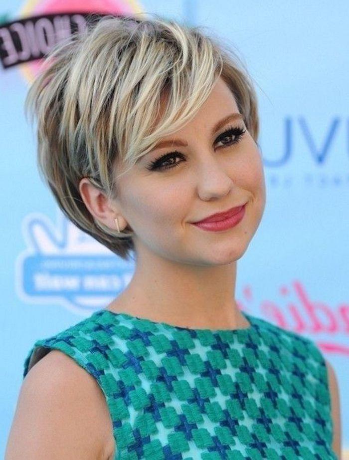 Schöne Kurzhaarfrisuren - eine Schauspielerin mit grünem Kleid und blondes Haar