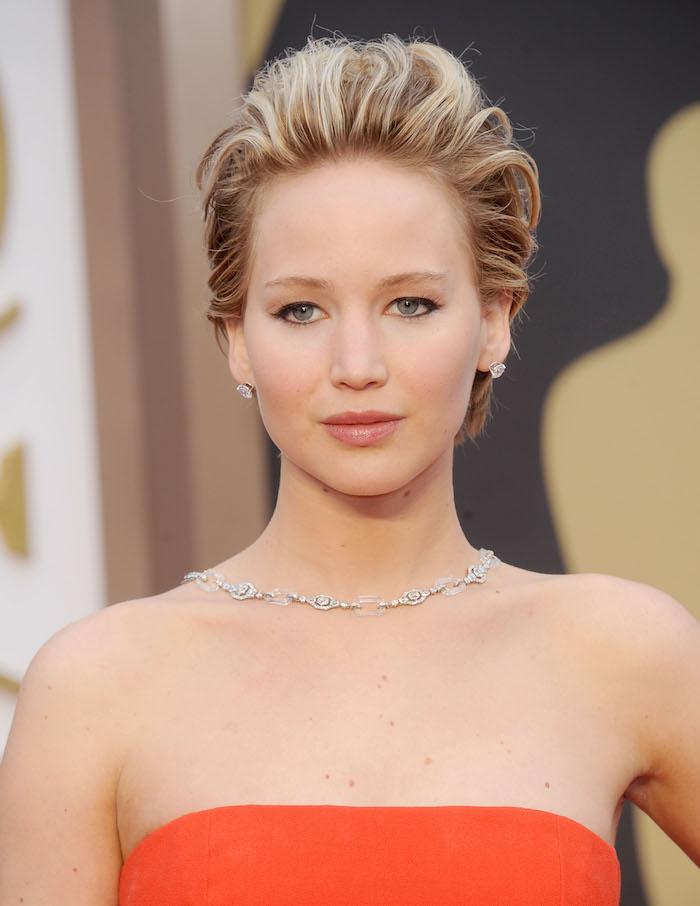 Kurze Haare stylen - Jennifer Lawrence mit einem orangen Kleid und silberner Kette