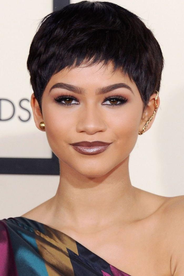 Kurzhaarfrisuren Frauen - Zendaya mit einem weinroten Lippenstift, kurze schwarze Haare