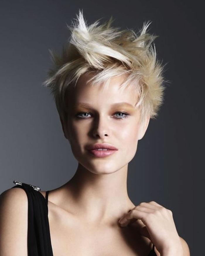 eine blonde Frau mit vollen Lippen und blauen Augen Frisuren Kurzhaar - Igelfrisur