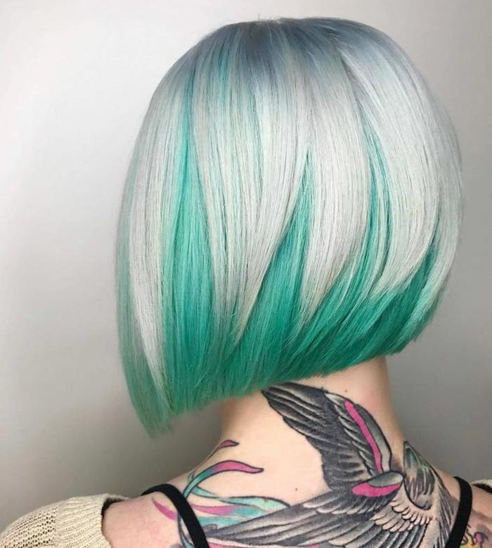 Bobfrisur für mittellange glatte Haare - Aschenblond mit grünen Spitzen, grünes Haar mit aschenblonder Oberseite, Halstattoo mit Vogelmotiv