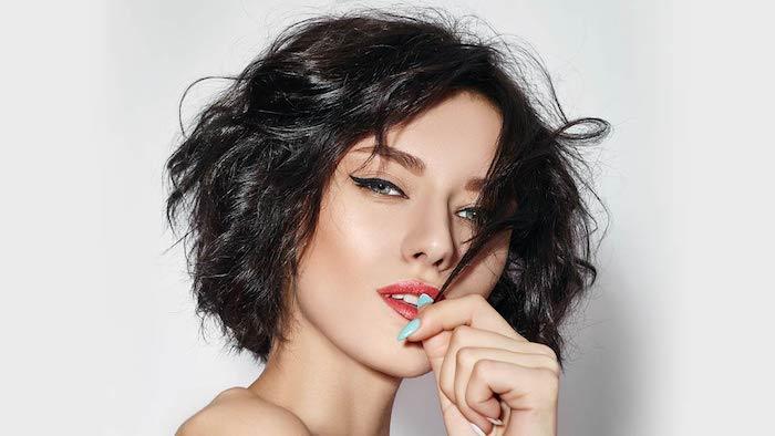 Kinnlanger Bob Haarschnitt, lässiger Wellen für mehr Volumen, schwarzer Eyeliner und roter Lippenstift