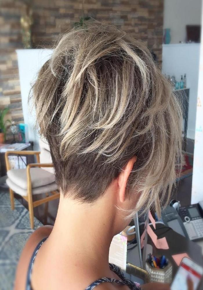 Pixie Cut, Kurzhaarschnitte für Frauen mit dünnen Haaren, blonde Strähnen für mehr Volumen
