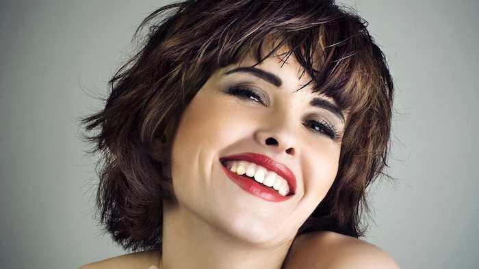 schöne Kurzhaarfrisuren - eine lässige Frisur in lila Farbe, schönes Lächeln