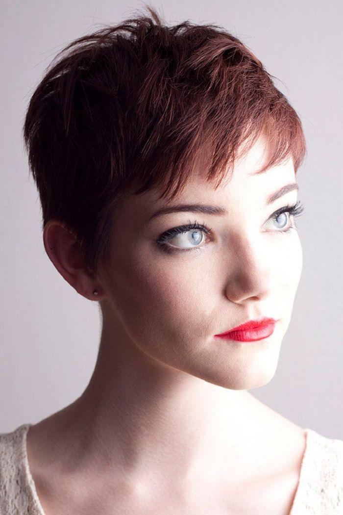 hübsche Frau mit rotem Lippenstift und blaue Augen, schöne Kurzhaarfrisuren