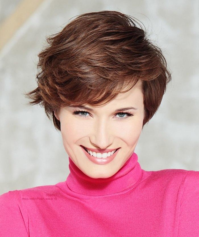 rosa Pullover und dezentes Make up - eine lässige schöne Kurzhaarfrisur