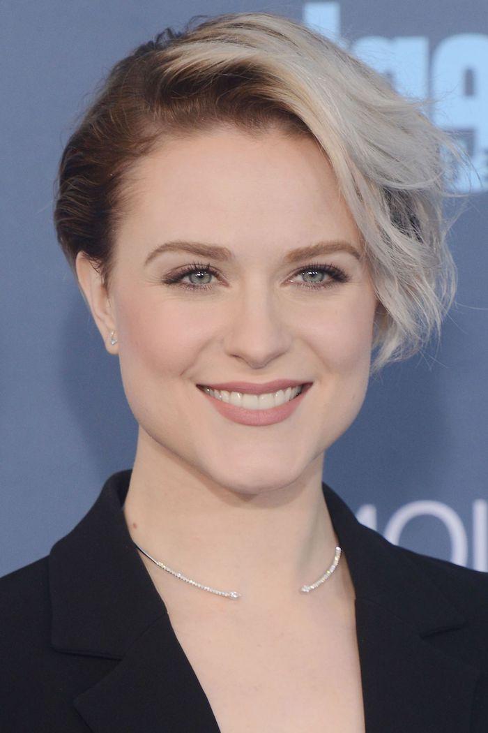 blaue Augen und Haare in zwei Farben - blond und braun - eine Kette aus Silber - schöne Kurzhaarfrisuren