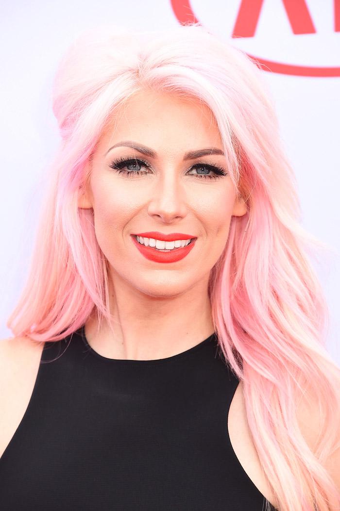 pastellfarben haare, frau mit blauen augen und lange pastellrosa haare, trendige haarfarben