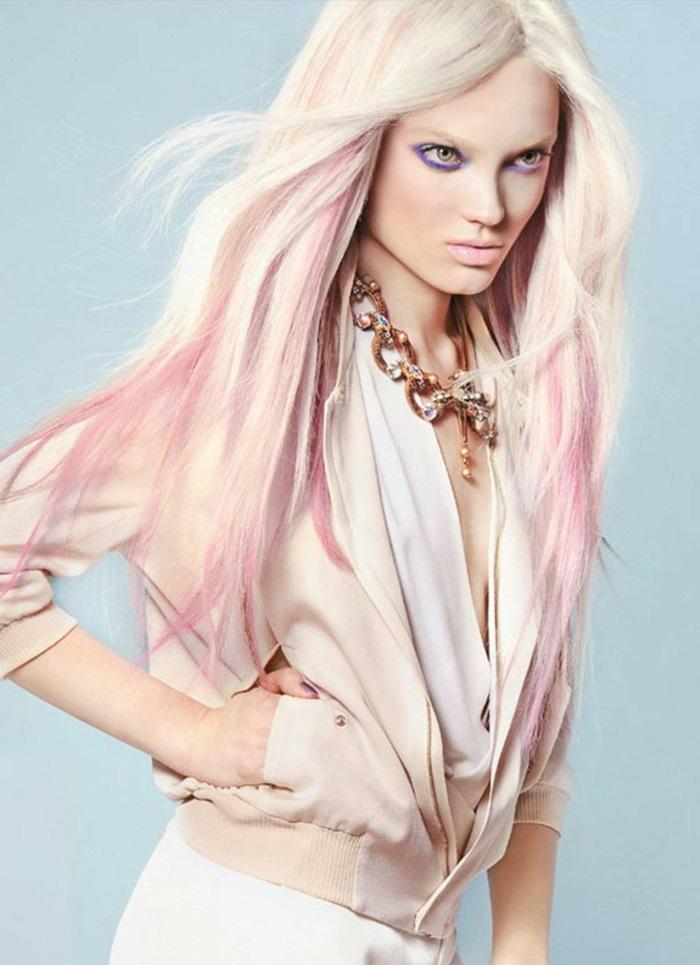 rosa haarfarbe, frau mit langen platinblonden haaren mit rosa strähnen