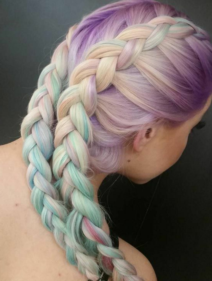 hellbblonde Haare in Pastellfarben färben, Pastellhaare flechten, Flechtfrisuren für Pastellhaare, zwei holländische Seitenzöpfe, Bild mit grau-grünem Hintergrund