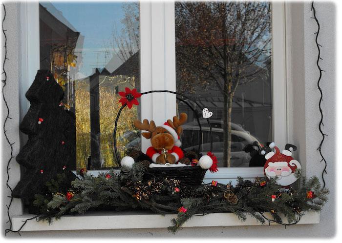 weihnachtsfensterbeleuchtung renntier kuscheltier deko grüne zweige schneemann weihnachtsbaum deko