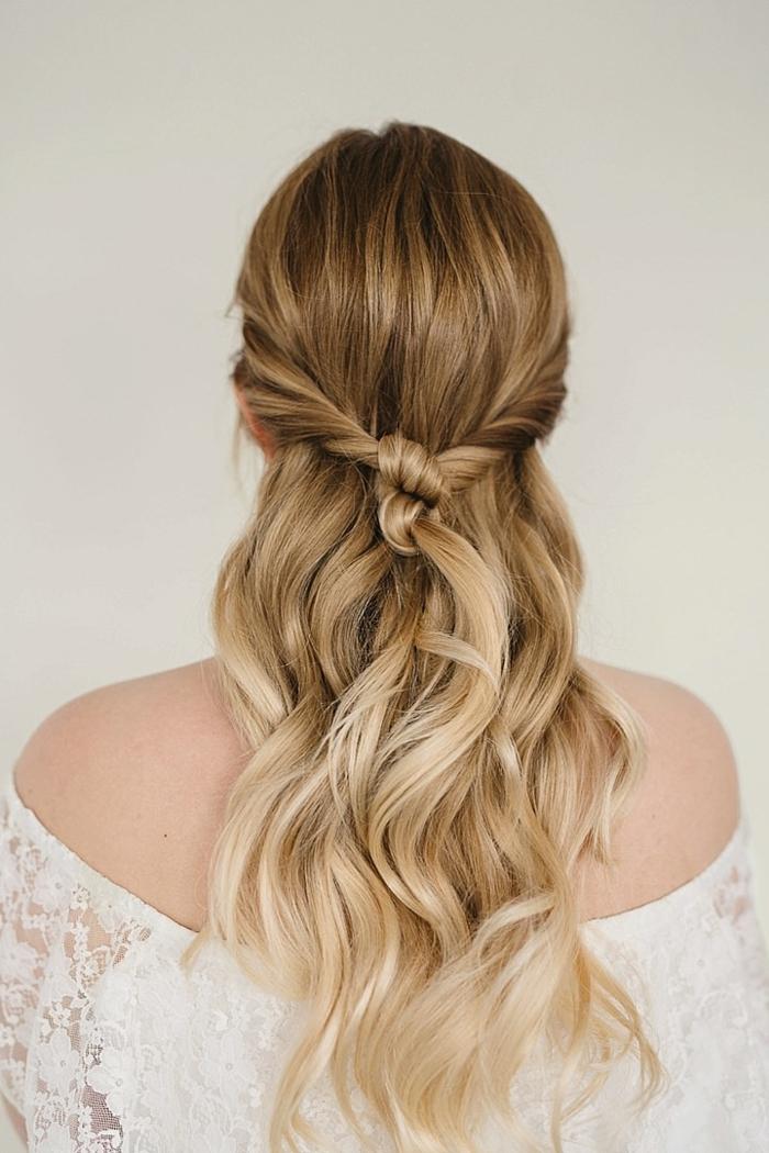 Einfache und schnelle Frisur für lange und mittellange Haare, offenes Haar, schulterfreies Spitzentop