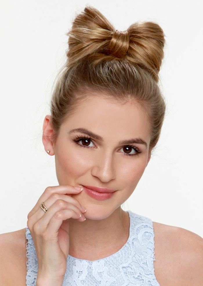Haarschleife einfach und schnell selber machen, Hochsteckfrisur für besondere Anlässe, matter Lippenstift und schwarze Mascara