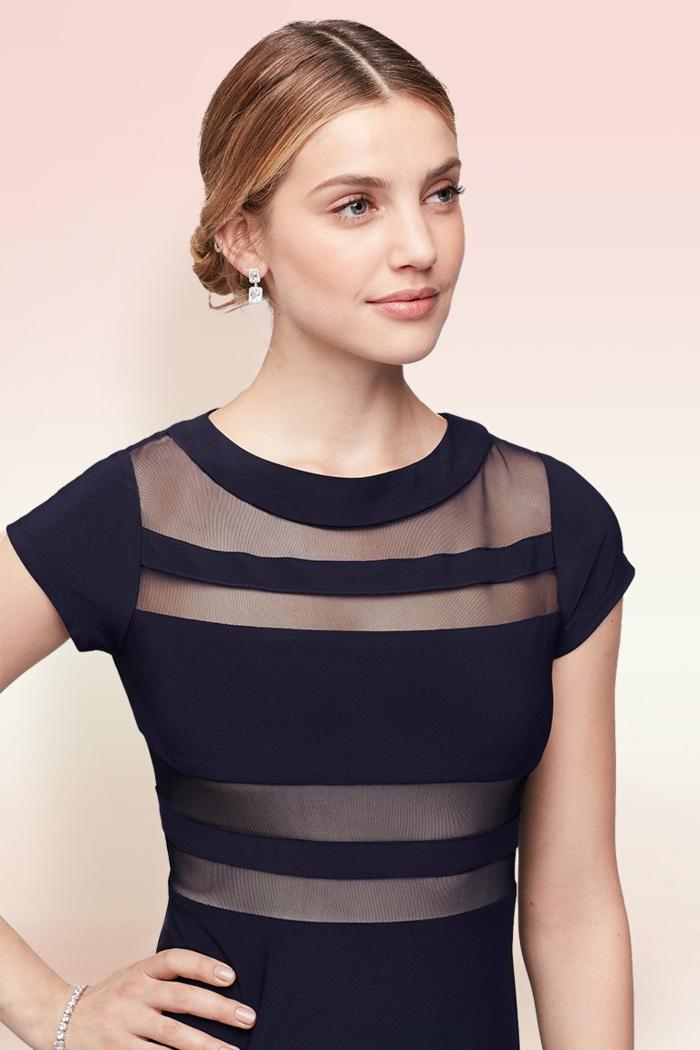 Hochsteckfrisur für mittellanges Haar, schwarzes Kleid mit kurzen Ärmeln, leichtes Augen Make-up und matter Lippenstift