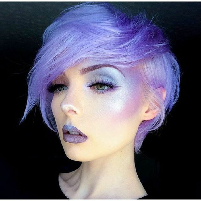helllila fast weiße Haare mit blauen Reflexen, lila Lidstrich kombiniert mit blauen Lidschatten, Lippenstift in kaltem Lila, blau-lila Ombre-Lippen