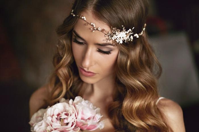 Offene kastanienbraune lange Haare, prachtvolle Wellen, Haarschmuck mit kleinen Perlen, Smokey Eyes und matte Lippen