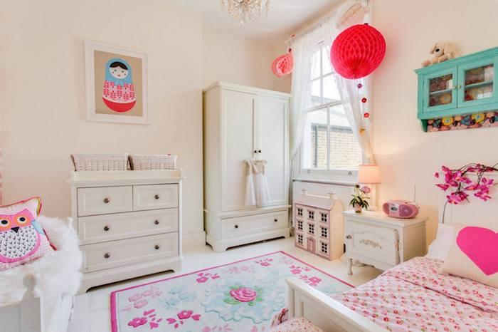 coole möbel ideen matrjoshkapuppe deko ideen teppich auf dem boden eule kissen deko idee weißes zimmer mit rosa akzenten
