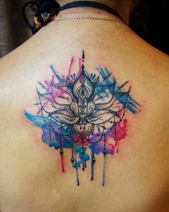 Frau mit einem großen Watercolor Rückentattoo in Blau, Lila und Schwarz, viele Flecht- und Kettenmotive, großer Aquarell-Tattoo am Rücken